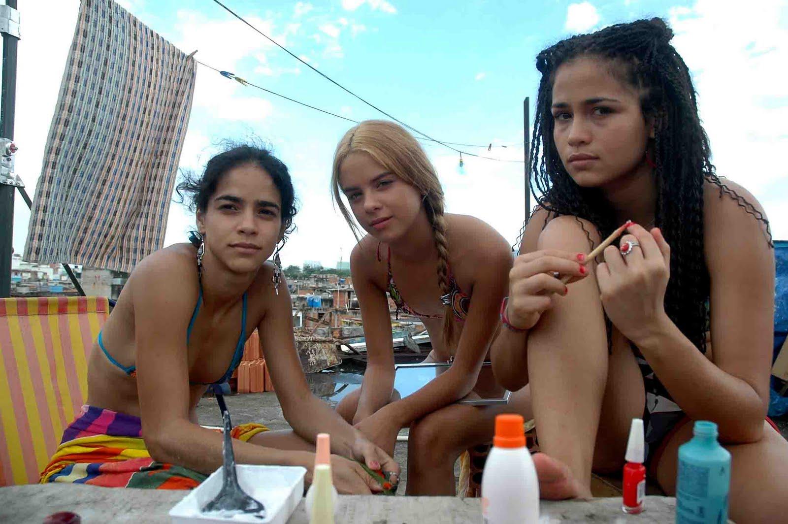Sabrina, Daiane e Jéssica: na falta de presenças femininas adultas, elas são a principal referência umas das outras.